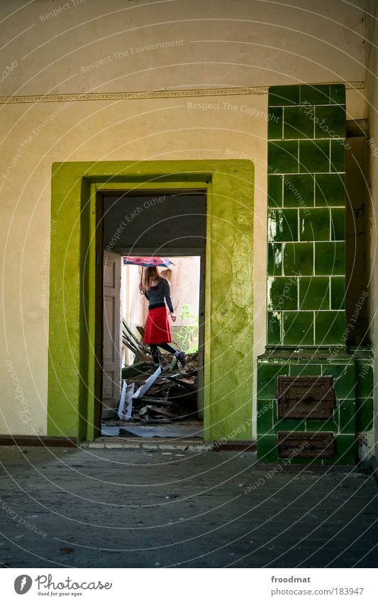 ol Mensch grün Haus Umwelt Wand Architektur Mauer träumen Tür dreckig Zukunft trist Wandel & Veränderung bedrohlich beobachten retro