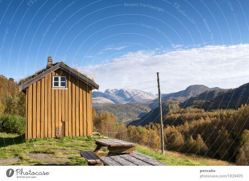 schau ins land (1) Natur Landschaft Haus Ferne Berge u. Gebirge Herbst retro einzigartig Hütte Strommast nordisch Norwegen Alm Holzhaus Grasdach Freilichtmuseum