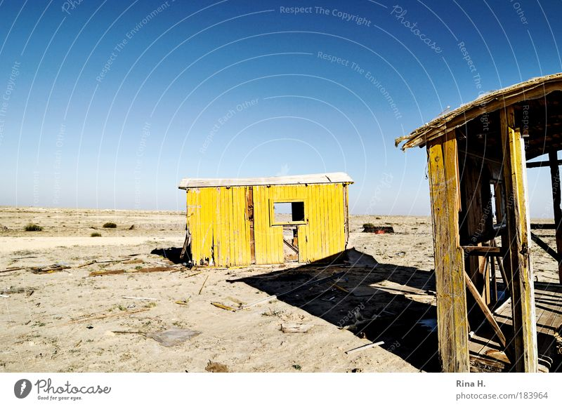 Verlassen Natur alt blau Einsamkeit gelb Ferne Farbe Wärme Sand Landschaft Armut Umwelt Horizont Erde Wüste Häusliches Leben