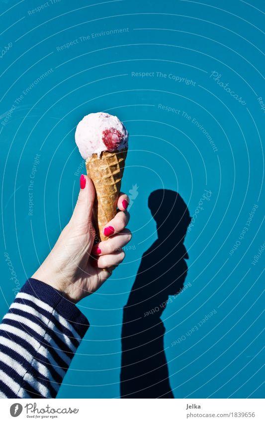 Strawberry Trondheim blau Sommer Hand Essen Lebensmittel rosa Ernährung Arme Speiseeis Finger süß Coolness lecker Dessert gestreift sommerlich