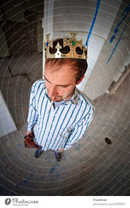 king vom prenzlauer berg Farbfoto mehrfarbig Innenaufnahme Tag Vogelperspektive Blick nach vorn Mensch maskulin Junger Mann Jugendliche Kopf Accessoire Schmuck
