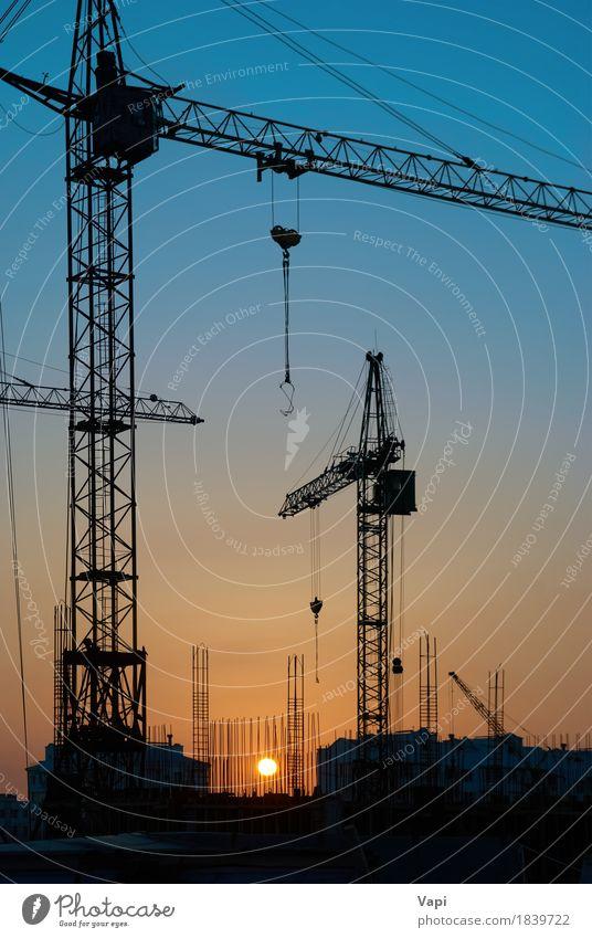 Industrielandschaft mit Silhouetten von Kränen Sonne Arbeit & Erwerbstätigkeit Baustelle Maschine Baumaschine Technik & Technologie Landschaft Himmel Stadt