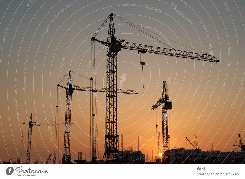 Industrielandschaft mit Silhouetten von Kränen Himmel Stadt Sonne Landschaft rot schwarz Architektur gelb Gebäude Business orange Arbeit & Erwerbstätigkeit