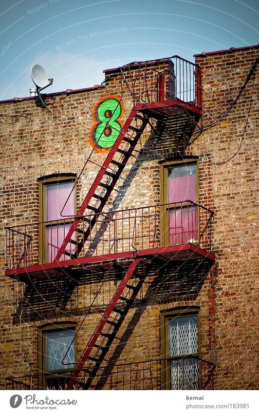Eight Farbfoto Außenaufnahme Strukturen & Formen Tag Licht Schatten Kontrast Sonnenlicht Froschperspektive Himmel Haus Mauer Wand Fassade Fenster Tür