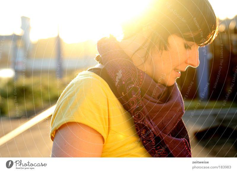 lichtblick Mensch Jugendliche Sonne Porträt gelb Frau Herbst feminin Zufriedenheit Erwachsene Hoffnung T-Shirt nachdenklich Sonnenaufgang brünett