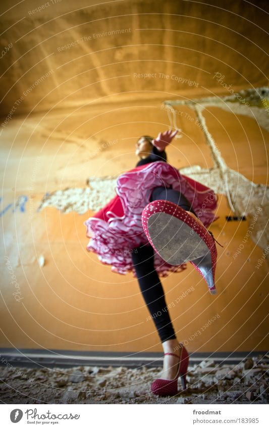 bodenständig Mensch Frau Jugendliche Freude Erwachsene feminin Schuhe Tanzen elegant groß ästhetisch außergewöhnlich Wachstum retro einzigartig Vergänglichkeit