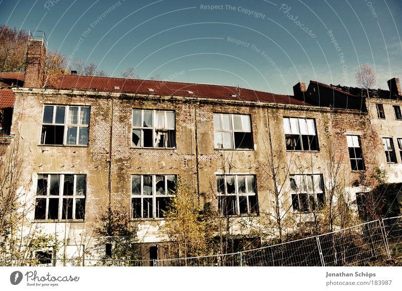 Die Schönheit des Verfalls alt blau Stadt rot Haus Fenster braun dreckig Fassade kaputt authentisch einzigartig Dach Wandel & Veränderung Gebäude Vergänglichkeit