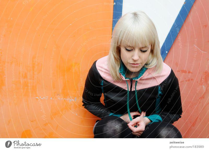 also doch Mensch Jugendliche schön Einsamkeit feminin Traurigkeit Denken Strümpfe blond Erwachsene Porträt Frau Trauer Pullover Sehnsucht