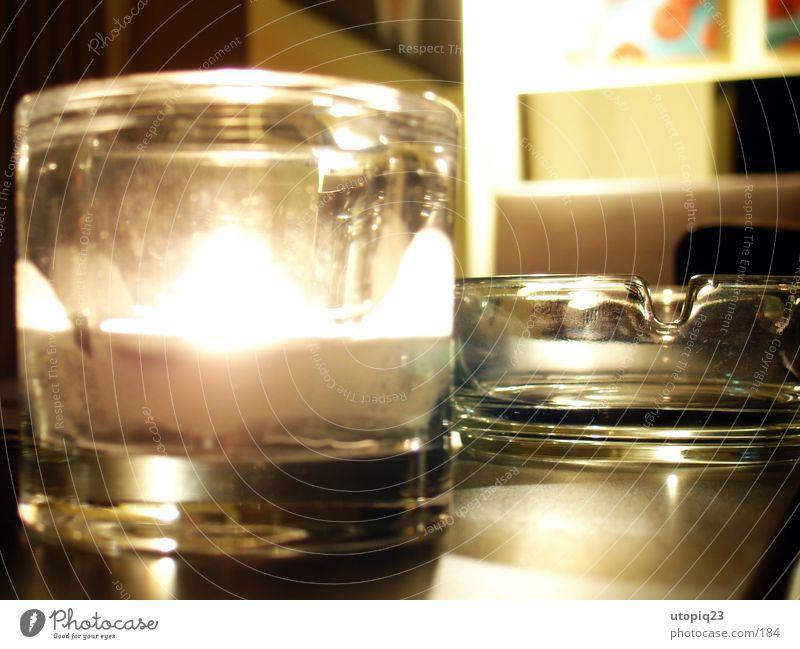 Schwarzmarkt Kaffee Aschenbecher Kerze Tisch Gastronomie Holz dunkel Teelicht spät Häusliches Leben Glas Kneipe