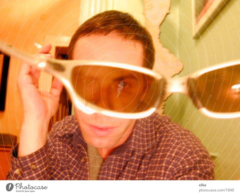 durchdiebrille Mann Mensch Sonnenbrille Raum