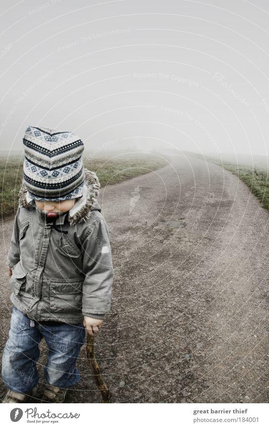 Krieger des Schlafes Mensch Kind Einsamkeit Herbst Leben Junge grau Wege & Pfade Kindheit Zufriedenheit Nebel gehen warten wandern Wachstum Kleinkind