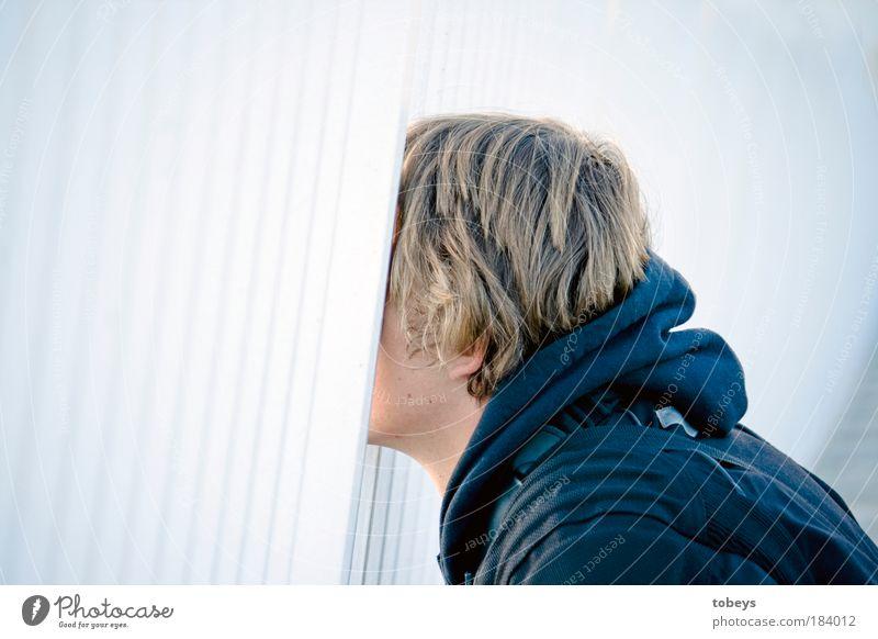 Mit dem Kopf durch die Wand Jugendliche Junger Mann Gefühle Mauer hell maskulin Angst leuchten Zukunft beobachten Suche Neugier Mensch Mut verstecken