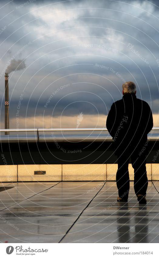 Hausverwalter Mensch Himmel Mann Wolken Erwachsene Gefühle Stein träumen Stimmung Regen Senior elegant Ausflug maskulin Tourismus