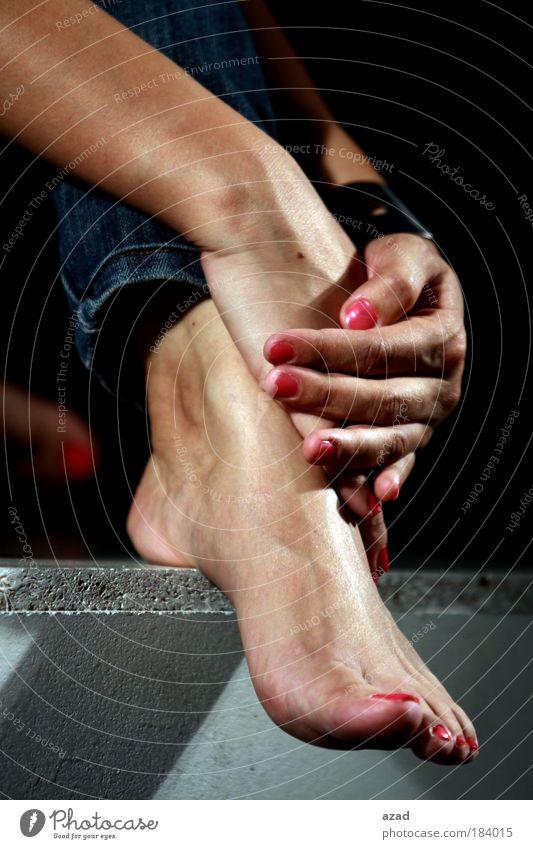 Fuß & Hände Farbfoto Studioaufnahme Junge Frau Jugendliche 1 Mensch 18-30 Jahre Erwachsene Holz Fußspur Design Barfuß
