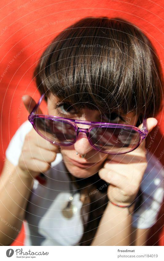 sternzeichen Farbfoto mehrfarbig Außenaufnahme Tag Sonnenlicht Weitwinkel Porträt Blick in die Kamera Mensch feminin Junge Frau Jugendliche Erwachsene Piercing