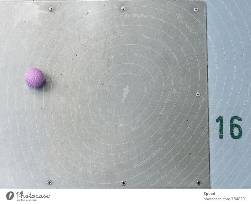 Golfen für Anfänger Farbfoto Außenaufnahme Nahaufnahme Detailaufnahme Experiment Muster Strukturen & Formen Tag Froschperspektive Blick in die Kamera Lifestyle
