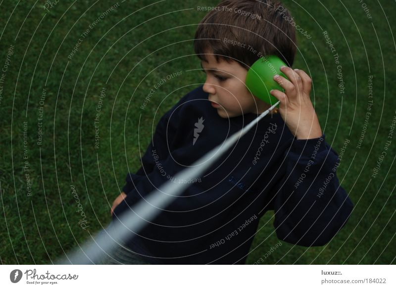 pronto ! sprechen Kind Junge Mensch Telefon lernen Netzwerk Kommunizieren Kabel Ohr Kontakt Medien Informationstechnologie Neugier Kindheit Computernetzwerk