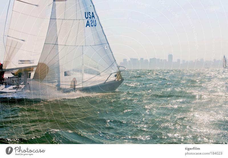 ein Segelboot, das auf der Bucht rast. Farbfoto Außenaufnahme Textfreiraum rechts Textfreiraum unten Tag Licht Lichterscheinung Sonnenlicht Zentralperspektive