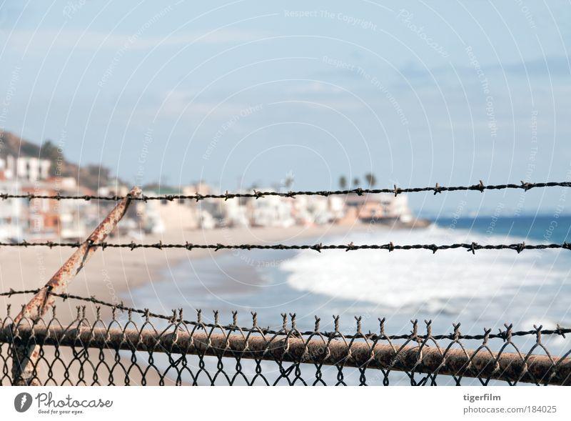 eingezäunt Farbfoto Außenaufnahme Menschenleer Textfreiraum oben Tag Starke Tiefenschärfe Zentralperspektive Strand Meer Wellen Traumhaus Sand Wasser Malibu