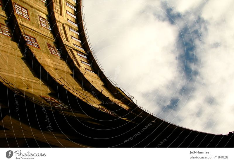 Nicht so viel Gas in der Kurve alt Himmel Wolken Wand Stein Mauer Gebäude Stimmung Perspektive Vergänglichkeit Natur Industrieanlage schwungvoll Gasometer