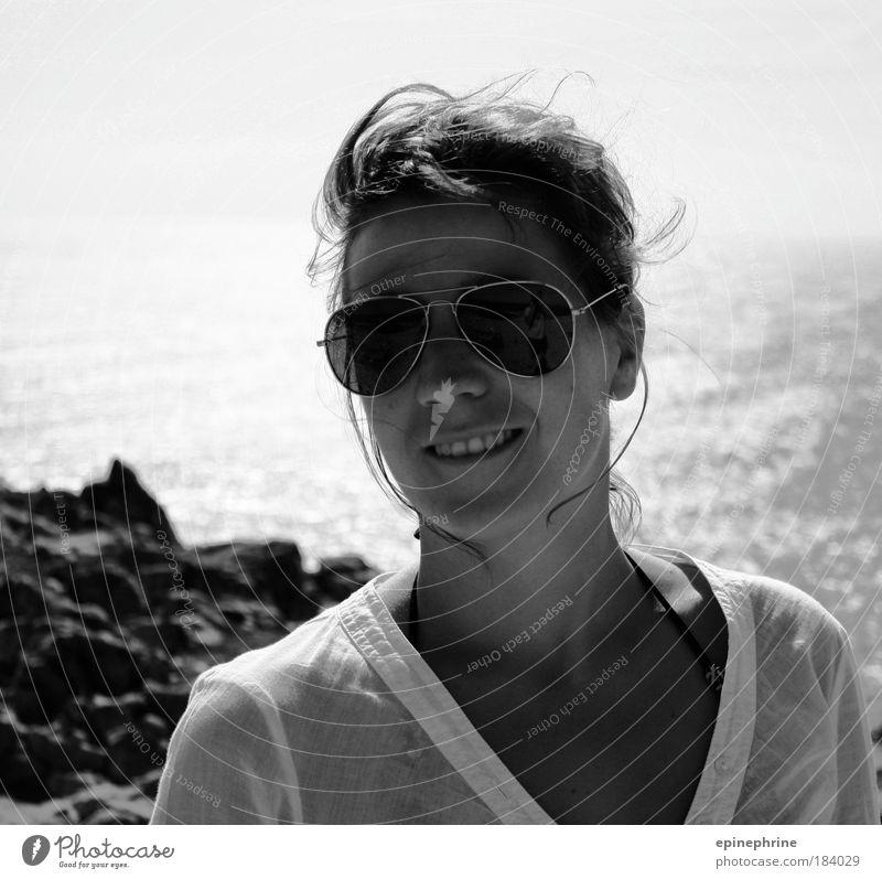 wind in den haaren Schwarzweißfoto Außenaufnahme Textfreiraum oben Kontrast Reflexion & Spiegelung Schwache Tiefenschärfe Zentralperspektive Porträt