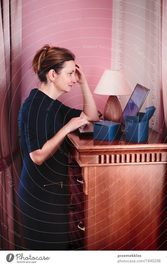 Mensch Frau Erwachsene Lifestyle Technik & Technologie Computer Geschenk kaufen Internet heimwärts reif Notebook online bequem heimisch 30-45 Jahre