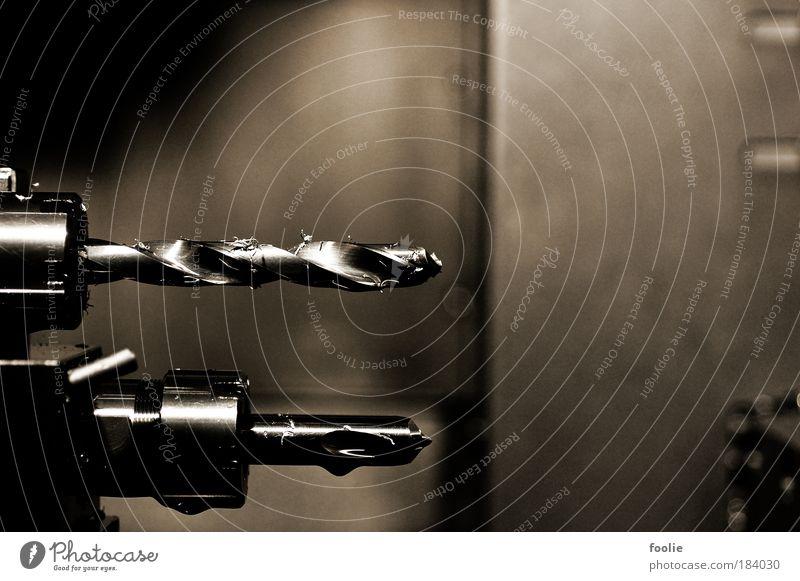 Drehbank Farbfoto Gedeckte Farben Nahaufnahme Detailaufnahme Menschenleer Kunstlicht Blitzlichtaufnahme Schwache Tiefenschärfe Maschine Bohrmaschine Bohrer