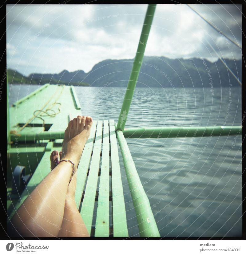 treiben lassen Mensch Frau Natur Jugendliche Ferien & Urlaub & Reisen Wasser Sommer Meer Erholung Junge Frau Erwachsene feminin Küste Freiheit Beine Fuß
