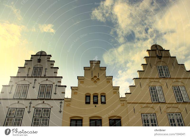 Schornsteinfegerkarriereleiter weiß blau Haus gelb Wand Fenster Mauer hoch Fassade Treppe Gebäude historisch Kleinstadt Hafenstadt