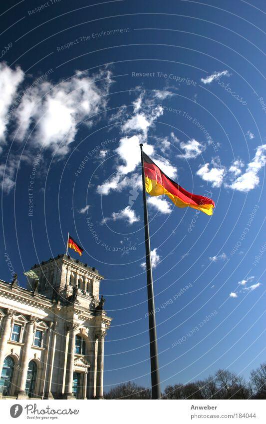 Reichstag in Berlin mit Flagge Himmel Ferien & Urlaub & Reisen alt blau Umwelt Architektur Bewegung Gebäude Kunst Stimmung oben elegant Wind Schönes Wetter