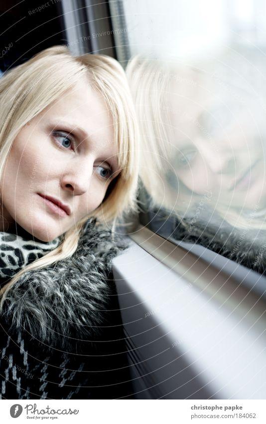 An-Denken Mensch feminin Junge Frau Jugendliche Erwachsene Gesicht 1 18-30 Jahre Bahnfahren Personenzug Zugabteil Schal blond langhaarig Scheitel Blick träumen