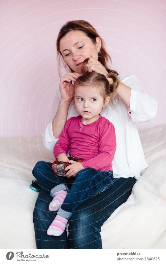 Mutter, die das Haar ihrer kleinen Tochter tut schön Haare & Frisuren Kind Baby Kleinkind Mädchen Frau Erwachsene Eltern Familie & Verwandtschaft Kindheit