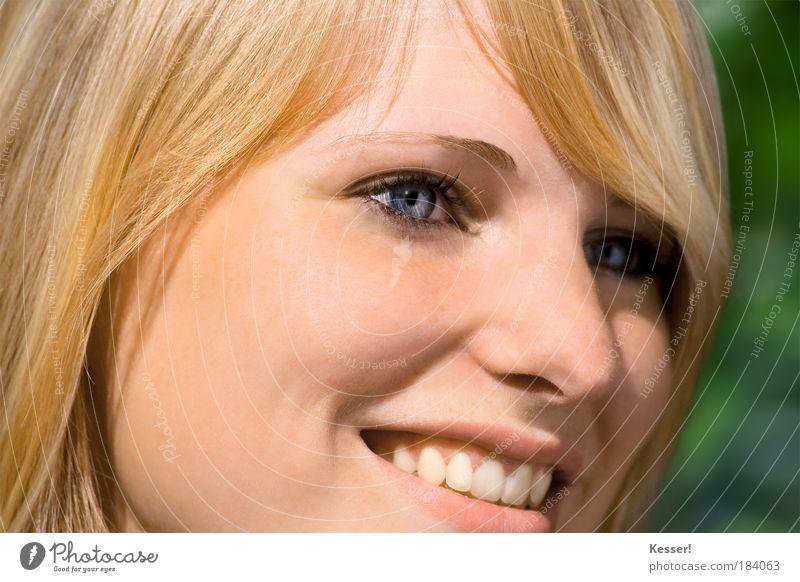 Portrait Mensch Frau Jugendliche schön Freude Gesicht Auge Porträt gelb feminin Glück Kopf Haare & Frisuren lachen Mund