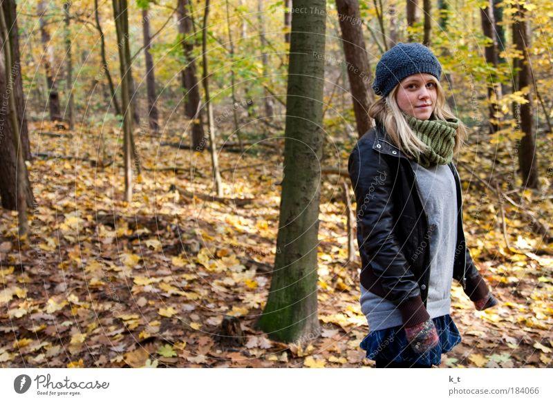Herbst mit Schön feminin Junge Frau Jugendliche 1 Mensch 18-30 Jahre Erwachsene Wald Stoff Leder Schal Mütze blond langhaarig Erholung gehen schön gelb