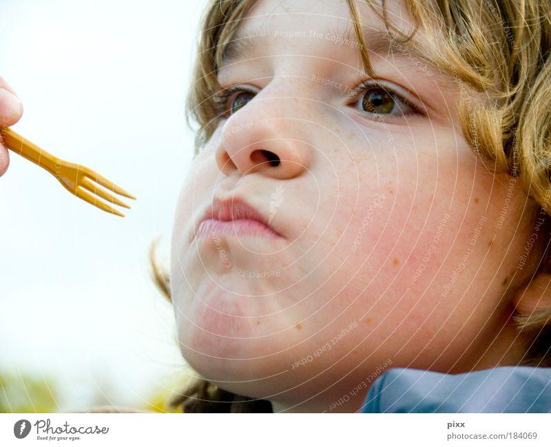 PommesTage Farbfoto Außenaufnahme Wegsehen Essen Kind Schulkind Mensch Junge Kopf 1 blond Locken Appetit & Hunger Porträt Kindergesicht Anschnitt Halbprofil