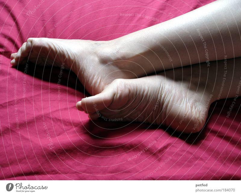 Füßle Mensch Jugendliche schön rot Junge Frau ruhig 18-30 Jahre Erwachsene Gefühle feminin natürlich Beine Fuß liegen träumen Stimmung
