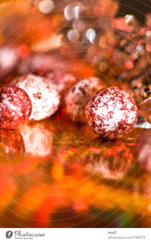weihnachtsdekoration Farbfoto mehrfarbig Innenaufnahme Nahaufnahme Detailaufnahme Makroaufnahme Kunstlicht Blitzlichtaufnahme Licht Zeichen Kugel Freude