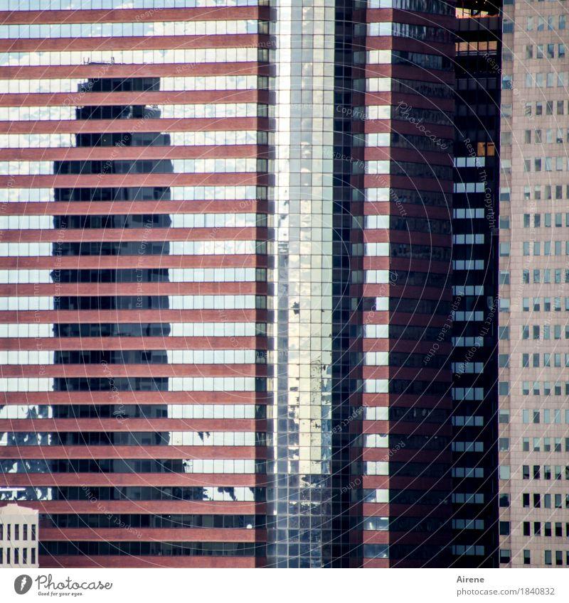 Stadt aufräumen Stadtzentrum Haus Hochhaus Bankgebäude Architektur Fassade Fenster Beton Glas Linie Streifen hoch grau rosa weiß Langeweile Platzangst Ordnung