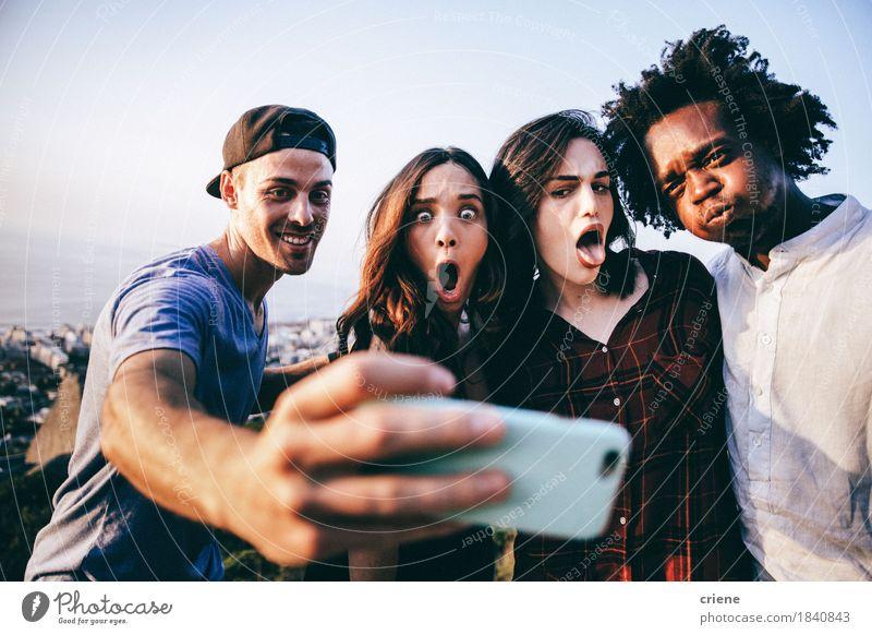 Gruppe von gemischtrassigen Erwachsenen, die Selfie mit Smartphone nehmen. Lifestyle Freude Freizeit & Hobby Freiheit Telefon Handy PDA Technik & Technologie