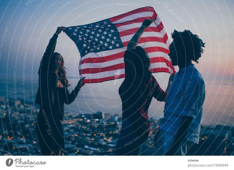 Gruppe des Jugendlichen feiernd mit USA-Flagge auf Berg Mensch Ferien & Urlaub & Reisen Stadt Junge Frau Junger Mann Meer Freude 18-30 Jahre Erwachsene