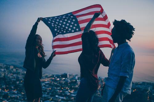 Gruppe des Jugendlichen feiernd mit USA-Flagge auf Berg Lifestyle Freude Ferien & Urlaub & Reisen Tourismus Abenteuer Freiheit Meer Feste & Feiern Mensch