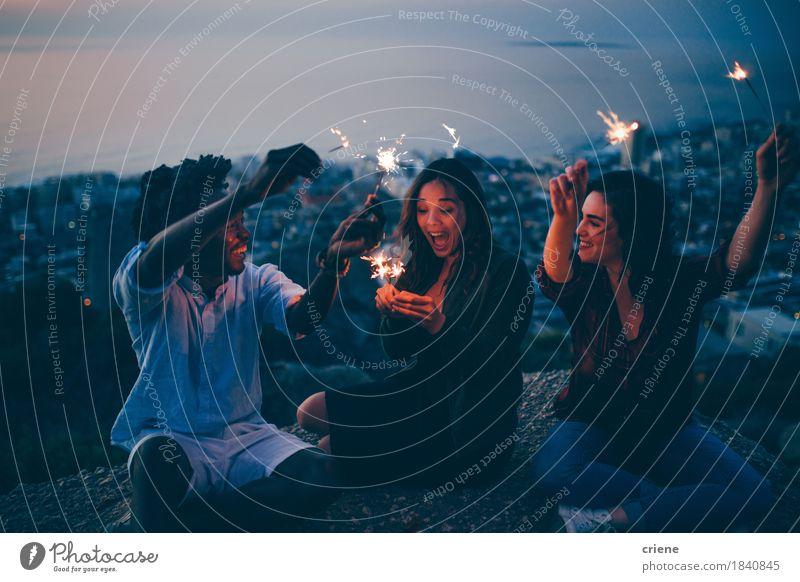 Gruppe Freunde, die mit Wunderkerzen nachts auf Felsen feiern Mensch Jugendliche Stadt Junge Frau Junger Mann Freude Lifestyle Freiheit Feste & Feiern Party