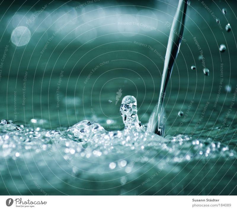 stribb strabb strull, dor Eemer is glei full Wasser Wassertropfen Regen Wellen Teich Flüssigkeit Wasserfall Wasserhahn Makroaufnahme Trinkwasser Springbrunnen