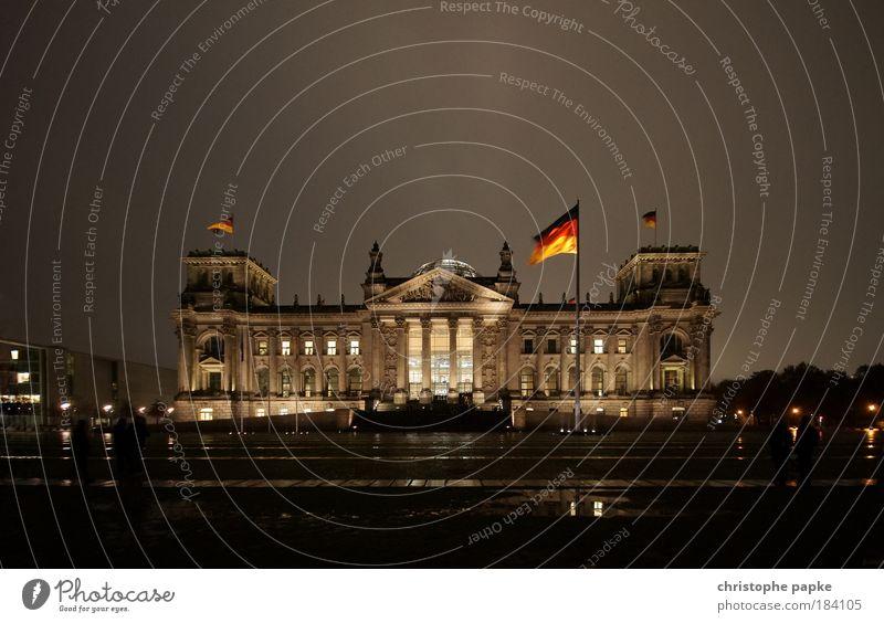 Berliner Reichstagsgebäude, bei Nacht Deutscher Bundestag Hauptstadt Stadtzentrum Bauwerk Deutsche Flagge Regierungssitz Parlament Gebäude Politik & Staat