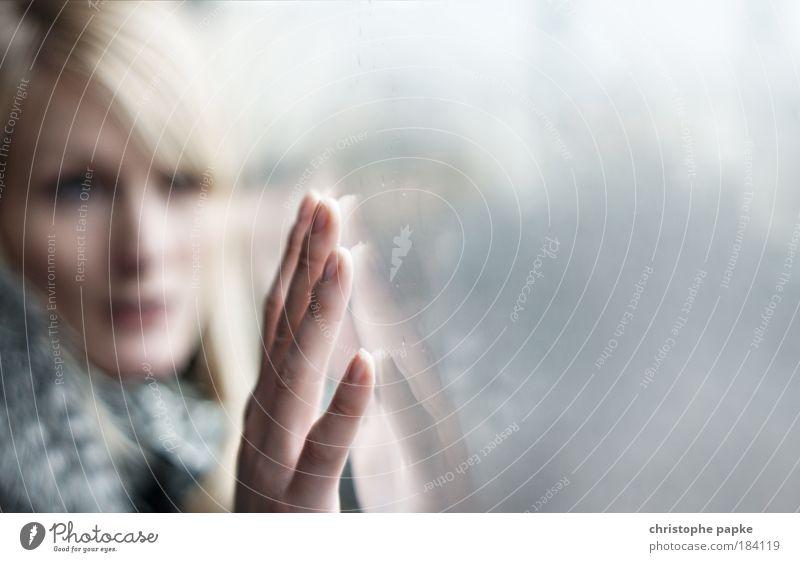 Berührend Frau Mensch Hand Jugendliche Gesicht Porträt feminin träumen Traurigkeit Denken Reflexion & Spiegelung warten Erwachsene Glas Finger Trauer
