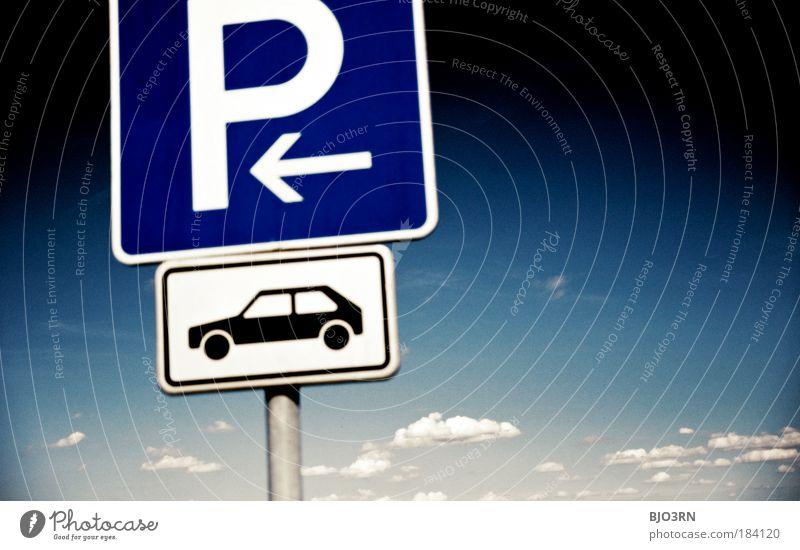 Eingang zum Autohimmel alt Himmel weiß blau Sommer schwarz Wolken Freiheit Straßenverkehr Schilder & Markierungen frei Verkehr Vergänglichkeit Natur Autofahren Parkplatz
