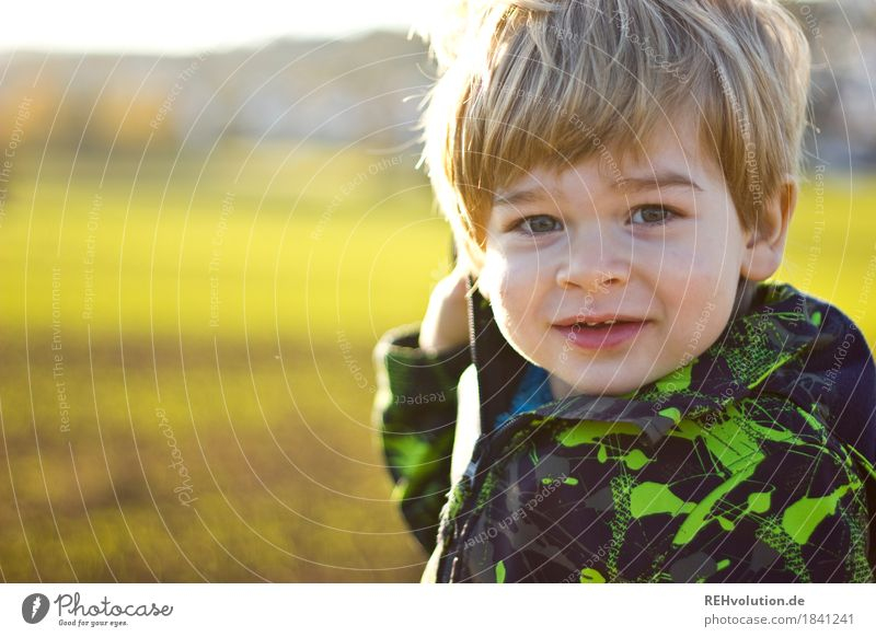 im Herbst Mensch Kind Natur Landschaft Freude Gesicht Umwelt Wiese natürlich Junge klein Glück Zufriedenheit Feld Kindheit authentisch