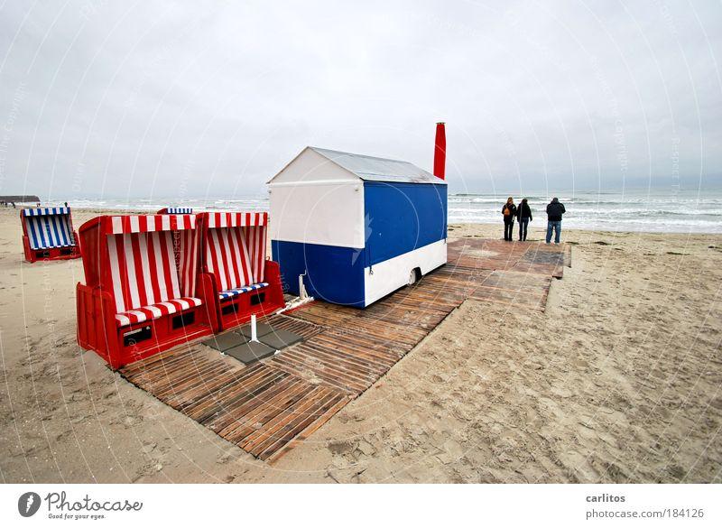 Nachsaison weiß Meer blau rot Strand Wolken Einsamkeit Traurigkeit Wellen Wind leer Ostsee Strandkorb Rügen Kiosk Ladengeschäft