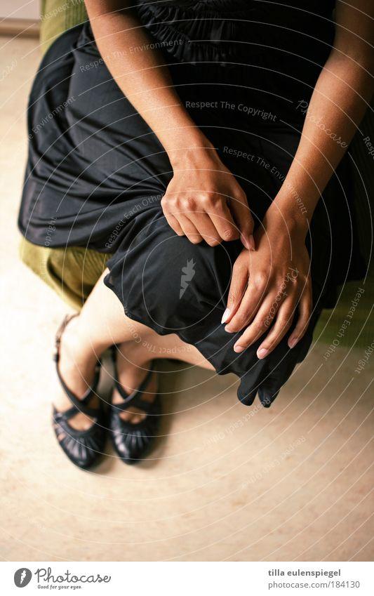 feminin Frau Mensch Jugendliche Hand schön schwarz Erwachsene gelb Beine Mode Fuß Schuhe Arme elegant sitzen