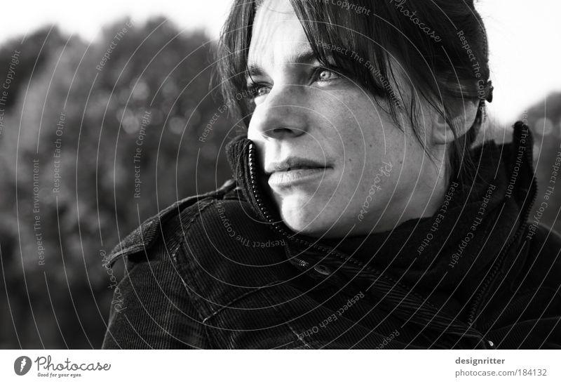 Was das Auge nicht sieht … Frau schön ruhig Einsamkeit kalt Herbst feminin Blick Erwachsene Wind Wetter Hoffnung Sicherheit authentisch Porträt natürlich